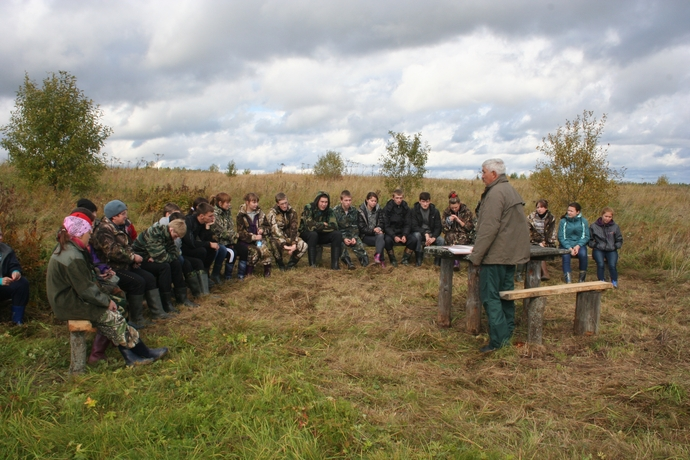 """Yury Pautov is telling about the history of the forest use in Komi on the """"Chitaevo"""" route"""