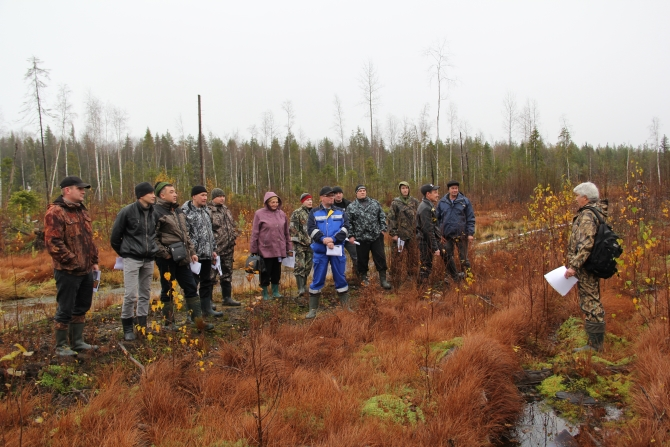 """The seminar leader Y. A. Pautov (Silver Taiga Foundation) gives a brief instruction to the logging plots allocators from OJSC """"Mondi Syktyvkar"""" prior to the assessment of the next felling compliance with the certification requirements"""